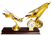 5 Foto Table Clock With Figure Airplane And Helicopter Pyramid Of Gifts